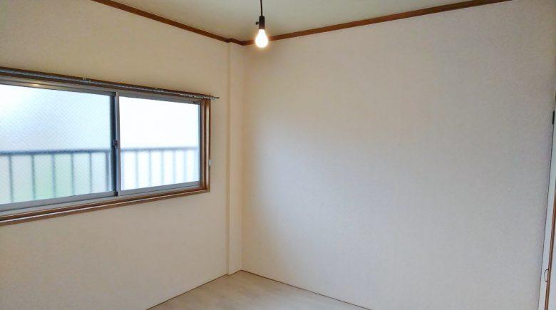 北側洋室4.5帖、窓は共用部に面しておらず、窓の向かいは空き地なので風も入りやすいです(内装)