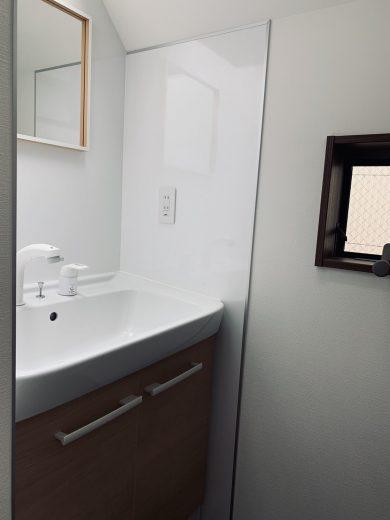 朝の支度に嬉しい3階に設けられた洗面台。収納棚付き。(内装)