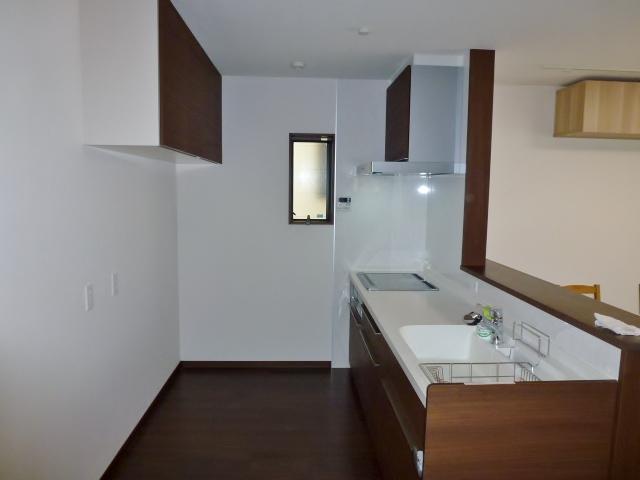 キッチンはゆったり設計、収納も付いています。(キッチン)