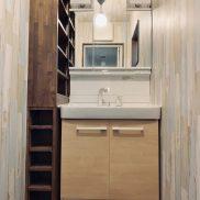 洗面台横には便利な収納棚が配置されています。(内装)