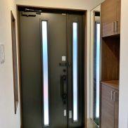 十分な容量の玄関収納が備え付けられています。(玄関)
