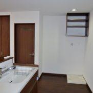 洗濯機置場がキッチン横に配置され、効率のよい家事動線です。(キッチン)