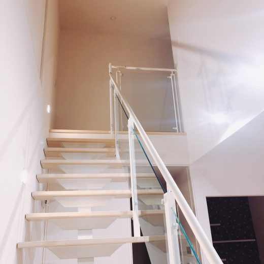 吹き抜けの階段で住空間全体が開放的な雰囲気になります(内装)