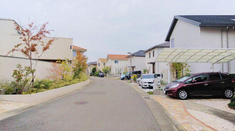 前面道路は約6mと十分に広く、静かで過ごしやすい地域です(外観)