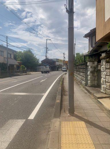 前面道路西向き(外観)